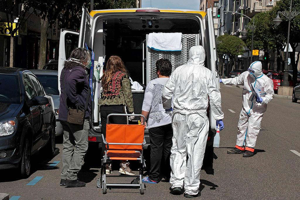 ICAL. Los servicios de Emergencias trasladan a una persona enferma.