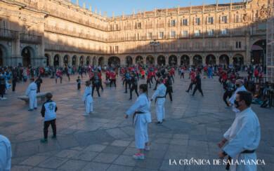 Decenas de personas de distintas disciplinas deportivas se dieron cita en la Plaza Mayor de Salamanca.