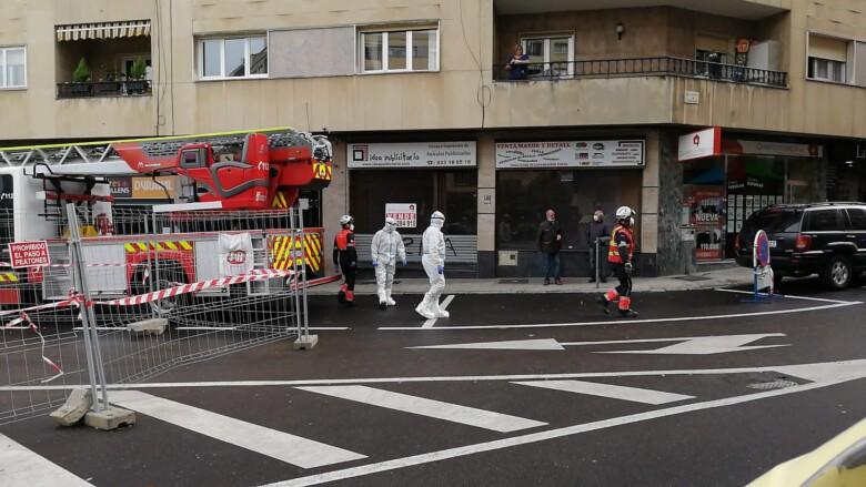 Los bomberos acudieron a socorrer a un anciano que se había caído en su casa, con positivo confirmado por Covid-19.