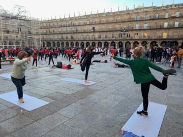 Marta Corrionero, maestra de yoga en Ganesha Salamanca, en la Plaza Mayor.