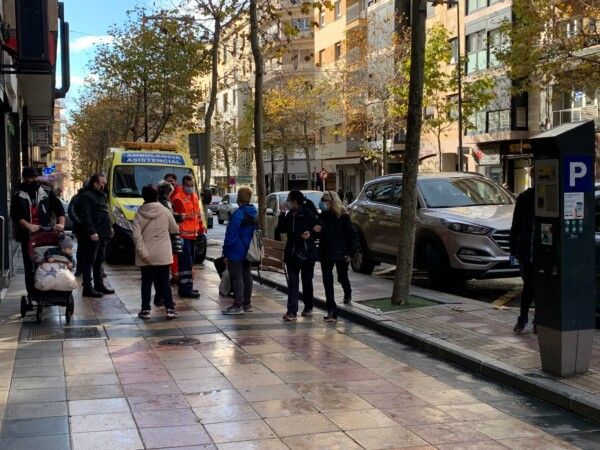 El personal sanitario atendió al hombre que se había caído en María Auxiliadora.