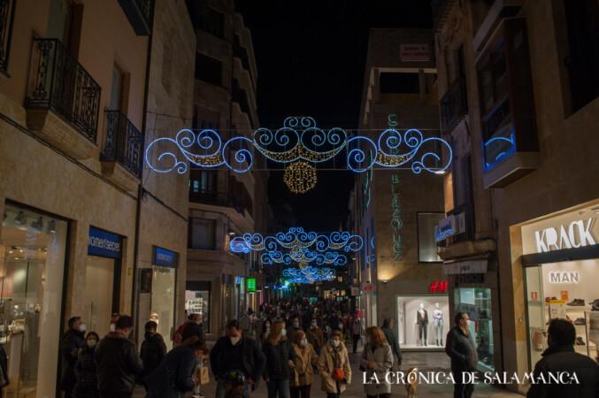 Las luces de Navidad adornan la calle Toro.