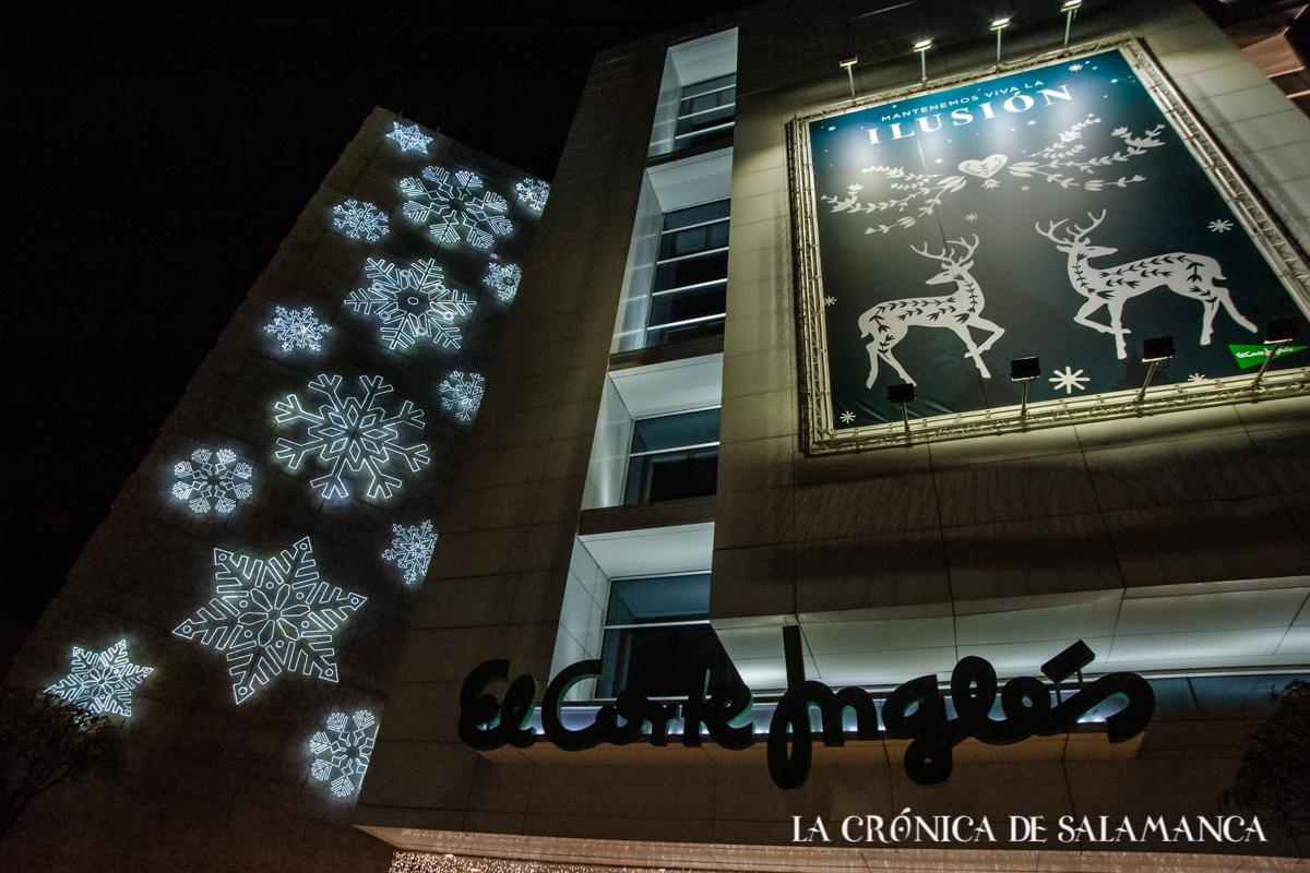 El Corte Inglés ilumina su fachada con las luces de Navidad.