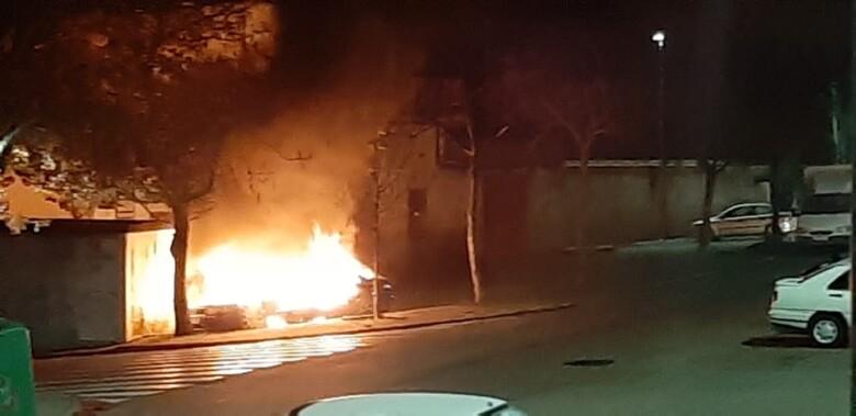 Un coche ardió en las proximidades del centro de salud de Guijuelo.