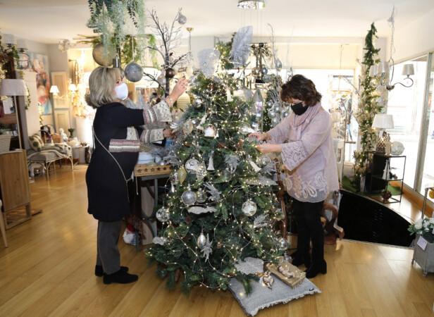 Brágimo / ICAL . Tienda de Palencia decorada con motivos navideños