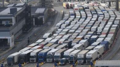 Cientos de camiones esperan para cruzar el Canal de la Mancha en el puerto de Dover. FOTO. BBC.