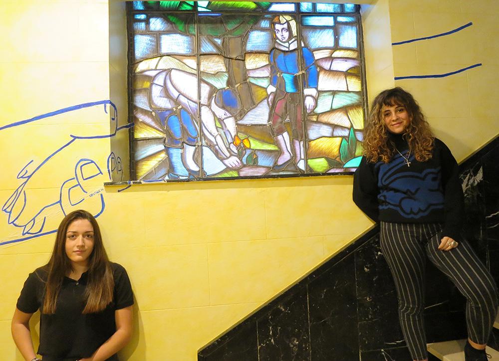 Claudia Reinoso y Cristina Hidalgo, delante de las vidrieras de Jacinto Orejudo en el colegio Calasanz.