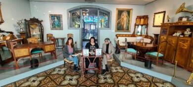 La poeta Maribel Andrés Llamero y los autores del libro Patricia Sánchez y Carlos Vicente, en la Casa Lis.