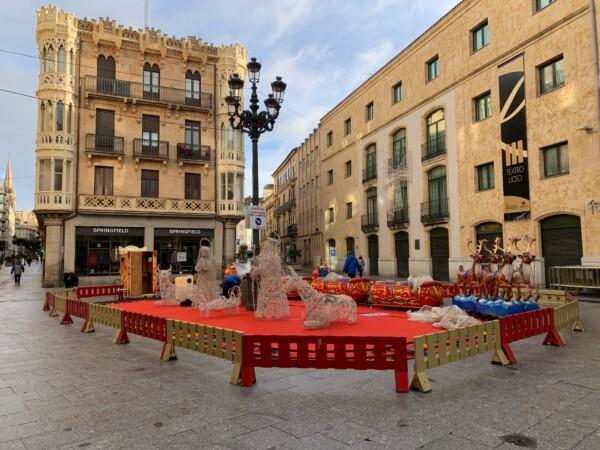 El carrusel navideño se está instalando en la plaza del Liceo.