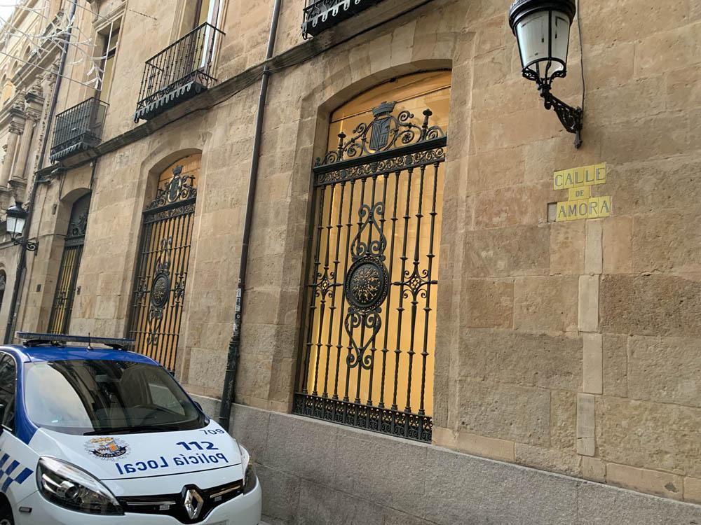 La placa de la Calle Zamora que le falta la Z, a su entrada en la Plaza Mayor.