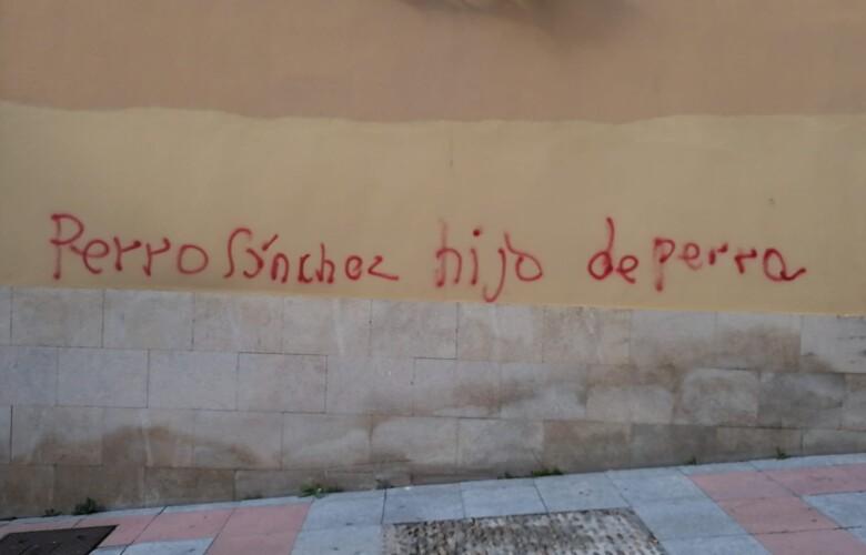 Una pintada insultando a Pedro Sánchez en la calle Tentenecio de Salamanca.