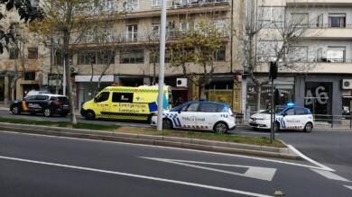 Una ambulancia y varias patrullas de la Policía Local y Nacional en la avenida de Portugal.