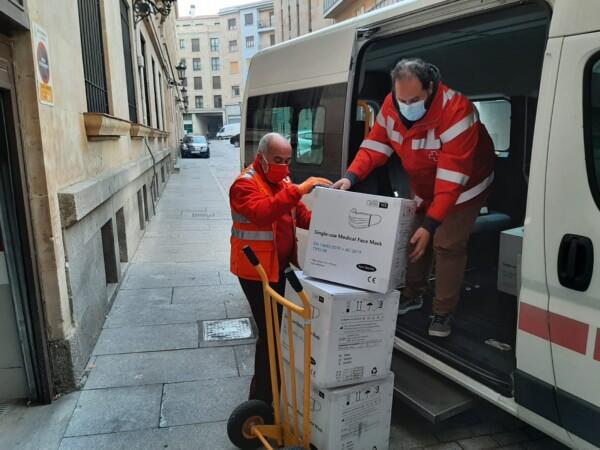 La Subdelegación del Gobierno reparte 88.000 mascarillas entre las personas más vulnerables de Salamanca.
