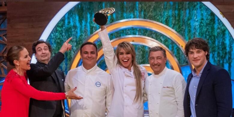 Raquel Meroño gana Masterchef Celebrity rodeada de grandes cocineros.