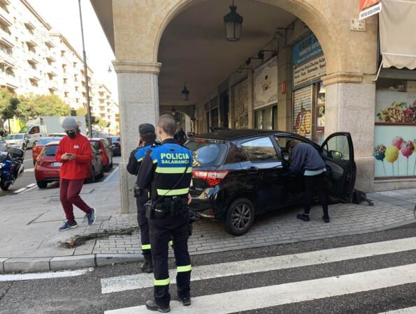 Un vehículo arranca de cuajo un semáforo en la calle San Justo, esquina Gran Vía.