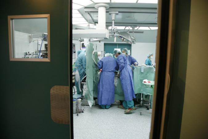 ICAL. Los profesionales sanitarios durante una intervención en el quirófano.
