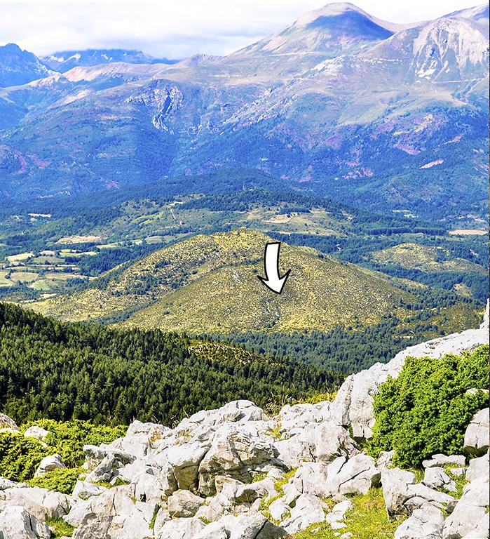 ICAL . Ubicación de la cueva de Els Trocs a los pies del Pirineo Axial. Al fondo pico Gallinero y, entre la niebla, macizo del Poset