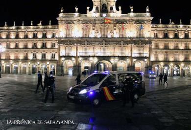 Policías nacionales en la Plaza Mayor de Salamanca este sábado 16 de enero antes del toque de queda de las 20.00 horas.
