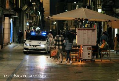 Un vehículo de la Policía Local en una de las calles céntricas de Salamanca este sábado, 16 de enero.