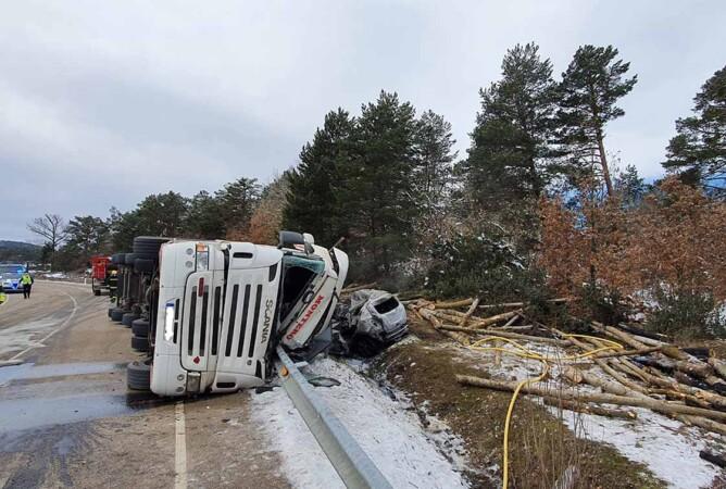accidente trafico soria dos muertos camion troncos ical (4)
