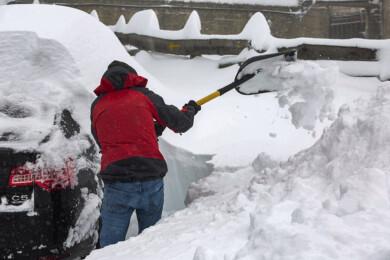 Campillo. ICAL. Un hombre retira la gran cantidad de nieve acumulada en su vehículo estacionado en el Puerto de Pajares de León.