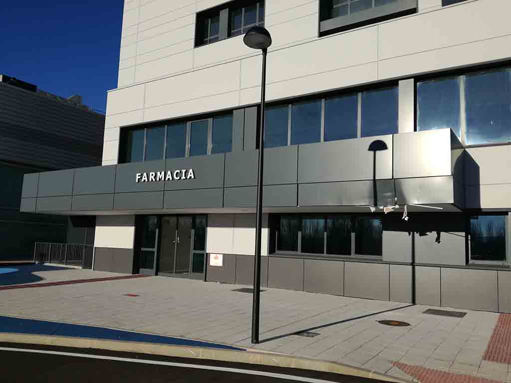 Daños en la fachada del bloque de Farmacia en el hospital nuevo de Salamanca.