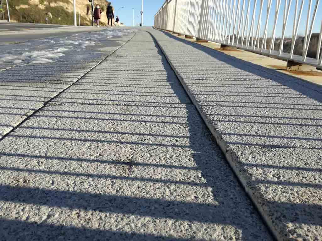 Hundimiento en el pavimento del vial que se inauguró en el mes de noviembre.