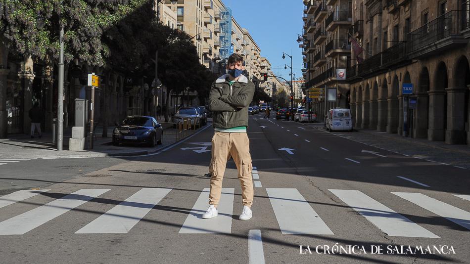 Marcos González trabaja como asistente de ventas en una firma de lujo en Madrid.