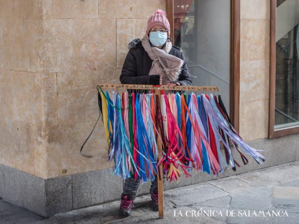Una vendedora de las tradicionales gargantillas de San Blas en la calle Toro.