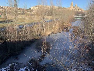 El arroyo del Zurguén está helado después de una semana de frío extremo en Salamanca.