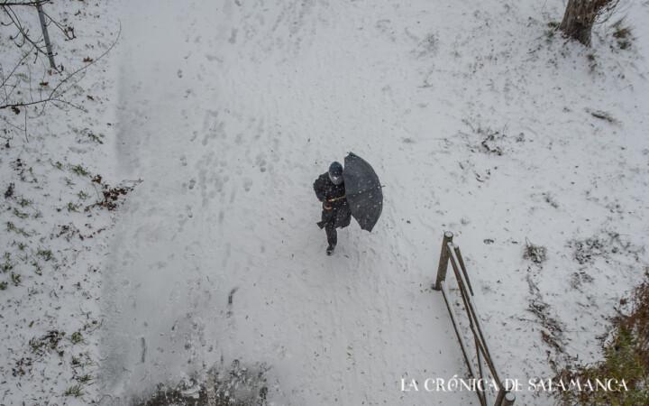 Una persona pasea por Salamanca durante la nevada.