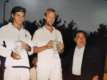 Pedro Muñoz junto a Roger Féderer y Groen, en el Open de Tenis de Castilla y León en 1999. Foto. Tenis El Espinar.