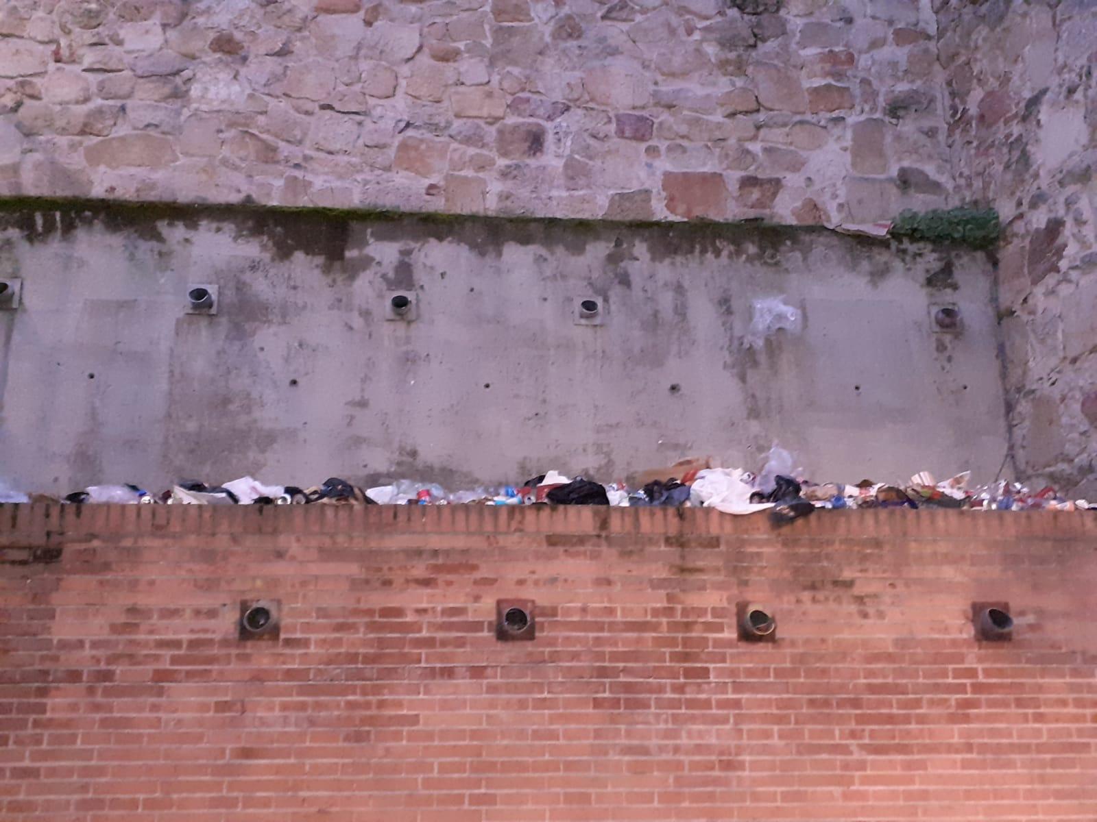 La suciedad se acumula en la trasera de la iglesia de Sancti Spiritus.