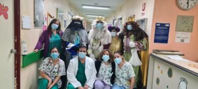 Los Reyes Magos, Melchor, Gaspar y Baltasar, realizan su visita en el hospital de Salamanca.