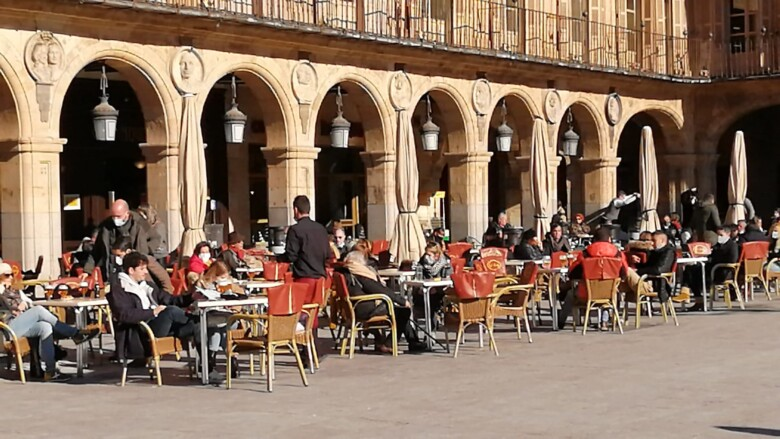 Las terrazas con sol de la Plaza Mayor estaban concurridas en las horas centrales del día.