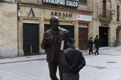 La estatua de Vicente del Bosque luce un clavel y el poema de Mario Benedetti, No te rinda. ,