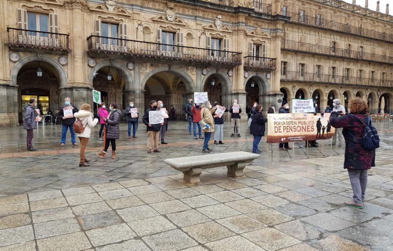 La plataforma de Yayogaitas de Salamanca se concentró en la Plaza Mayor para defender las pensiones de jubilación.