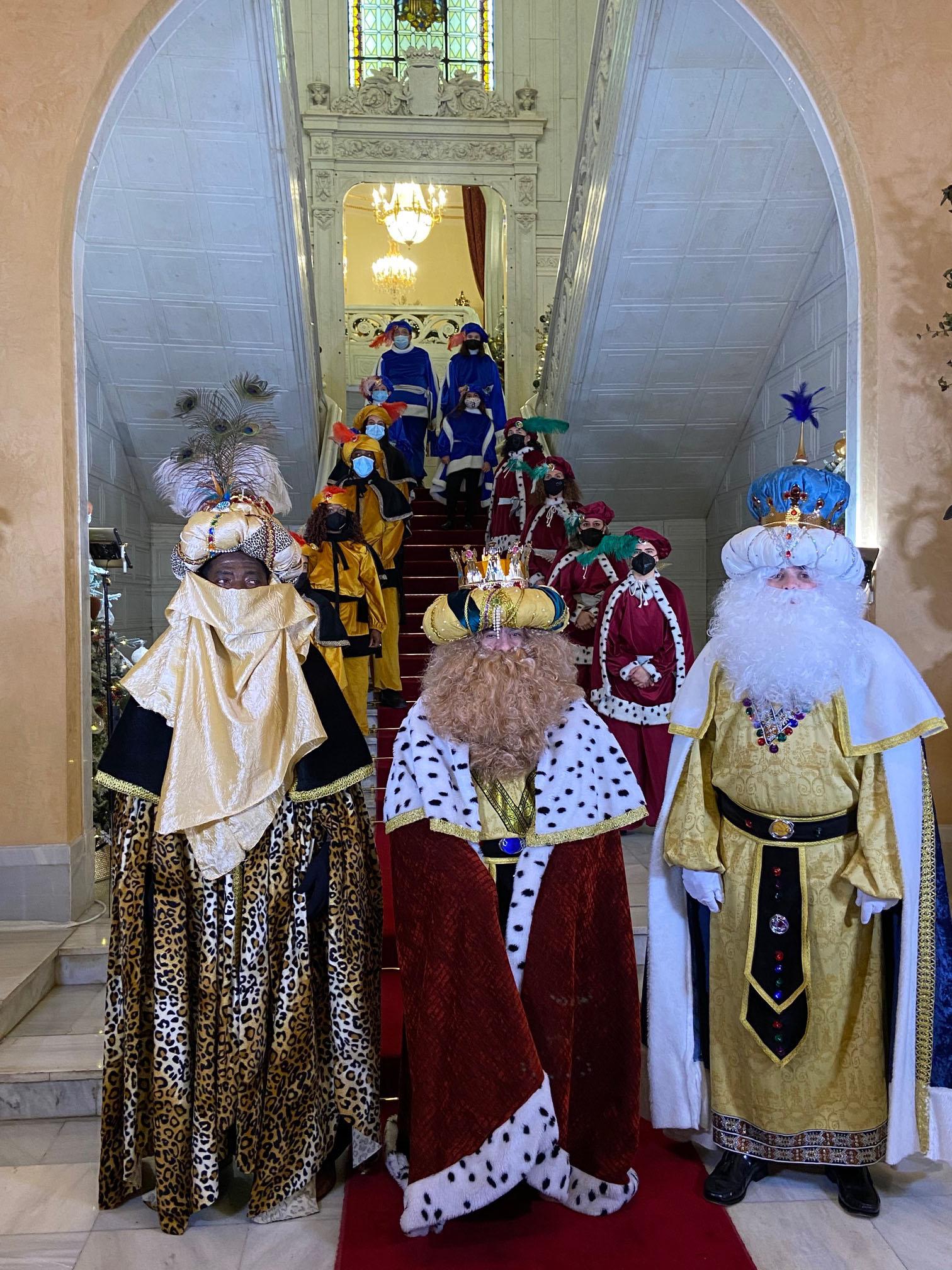 Los Reyes Magos y su séquito visitan el Ayuntamiento de Salamanca.