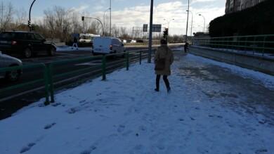 Una persona camina por una acera helada.