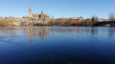 La postal de Salamanca, con las catedrales reflejadas en el agua del Tormes, helada.