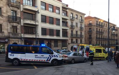 Un joven de 15 añios sufre convulsiones en la Gran Vía y acude un equipo de emergencias a atenderlo.