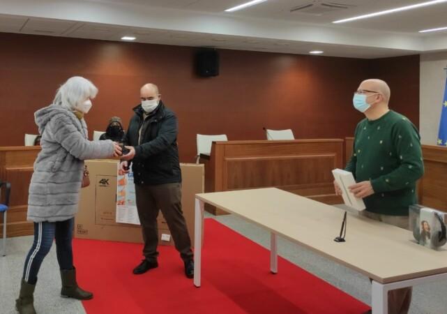Villares entrega los premios de la campaña de apoyo al comercio.