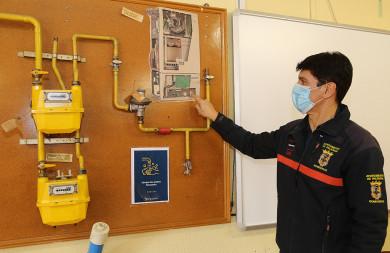 Brágimo / ICAL . El sargento Abél Allende junto a un esquema de caldera y de instalalción de gas para impartir clases en el parque del bomberos