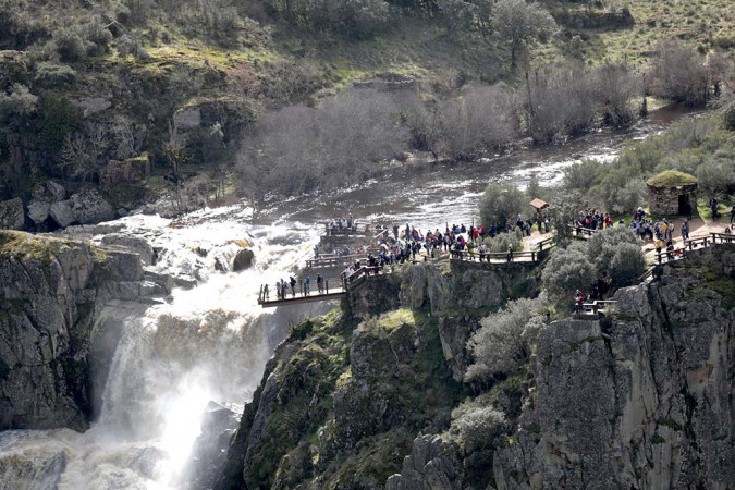 Susana Martín / ICAL . El Pozo de los Humos con mucho caudal tras las últimas lluvias atrae a cientos de visitantes