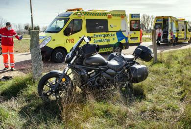 Vicente / ICAL . Un motorista herido en un accidente en Alba de Yeltes(Salamanca)