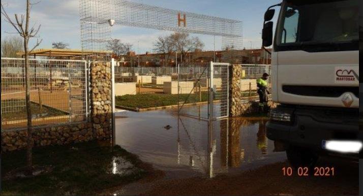 Los operarios achicaron agua de los huertos urbanos este miércoles.