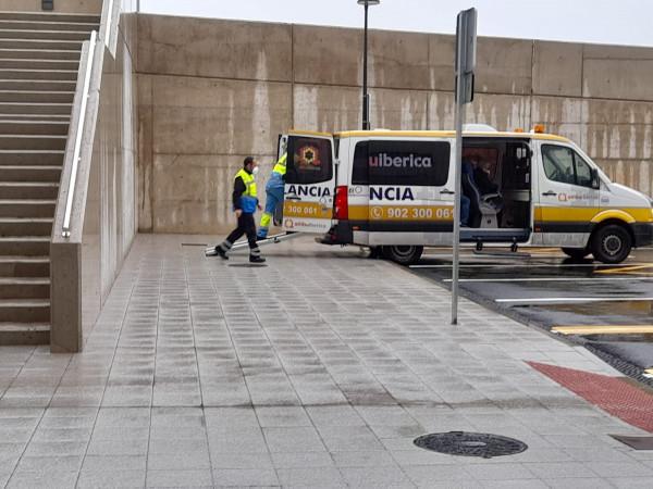 Los profesionales de la ambulancia y los pacientes que acuden al servicio de rehabilitación en el nuevo hospital se mojan si llueve en el traslado.