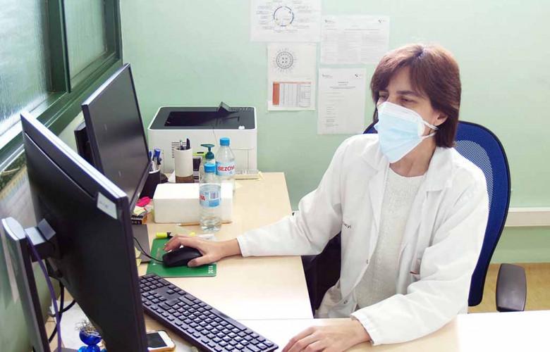 ICAL . María Isidoro en su laboratorio en el Hospital Universitario de Salamanca
