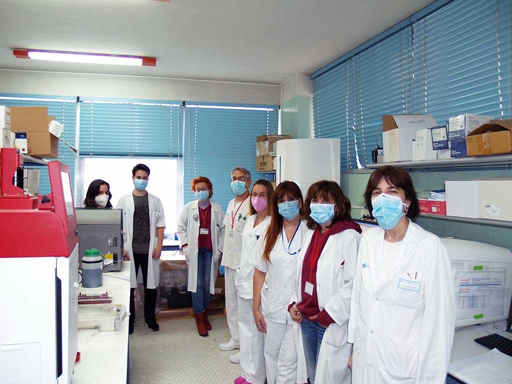 ICAL. María Isidoro junto a su equipo en el laboratorio del Hospital Universitario de Salamanca