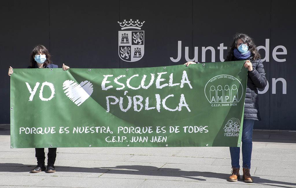 Susana Martín / ICAL . Las Ampas de los centros públicos de Salamanca se concentran en la Delegación de la Junta para defender la Educación Pública.
